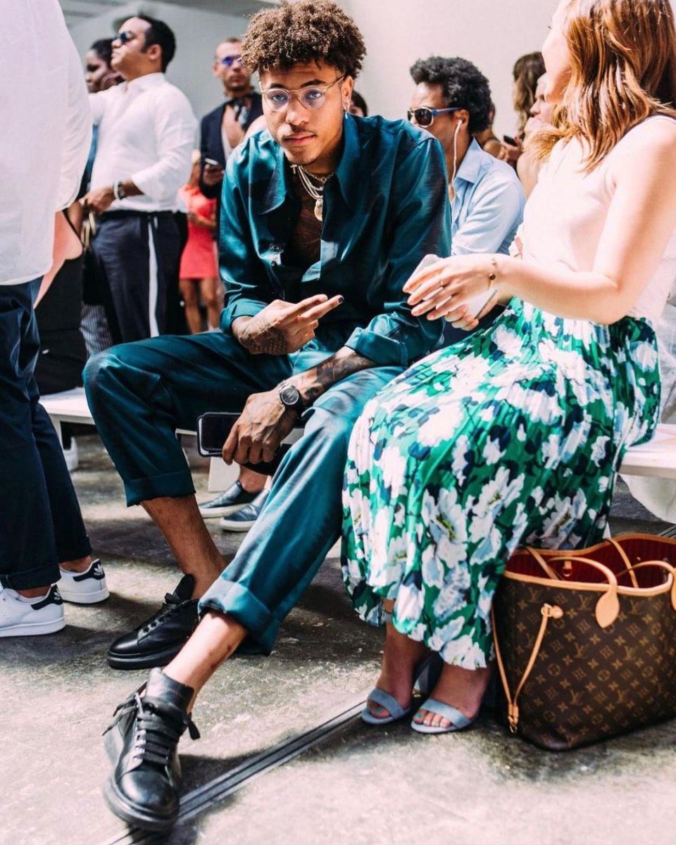 金沙娱乐网址:潇洒!乌布雷在社交媒体上发布个人时尚照片