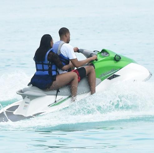 金山彩票网址导航:胡德与妻子骑海上摩托庆祝结婚周年纪念日:两年了