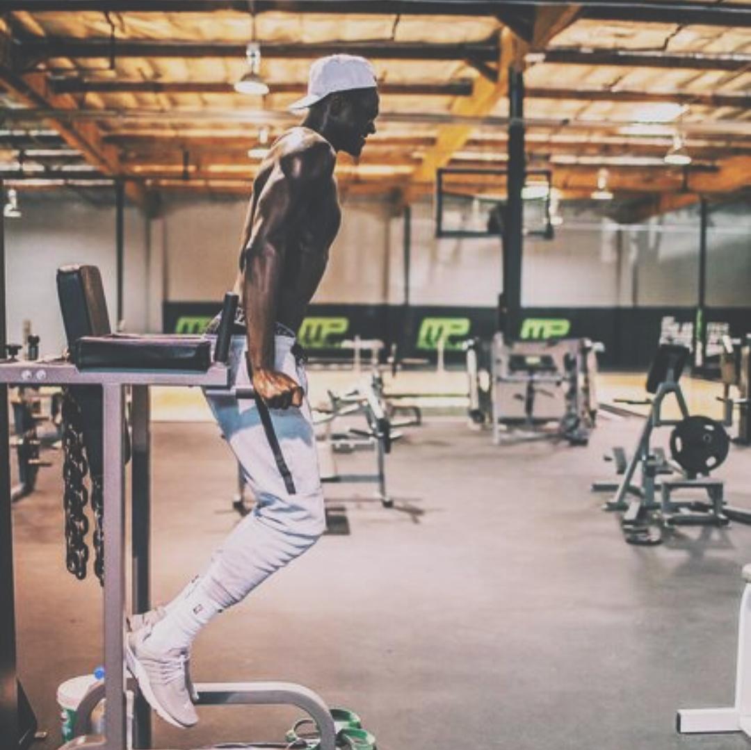 臂屈伸练习吃停止苦练习!兰德尔在健身房