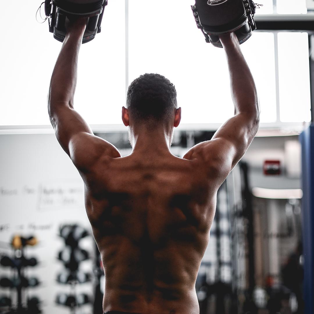 魔鬼筋肉人!西蒙斯赤膊练习秀身段