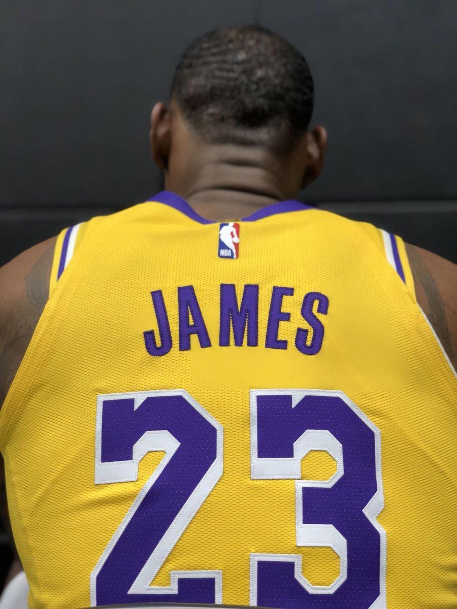 75秒极速赛车是谁开的:气宇不凡!NBA官方发布詹姆斯媒体日个人图集
