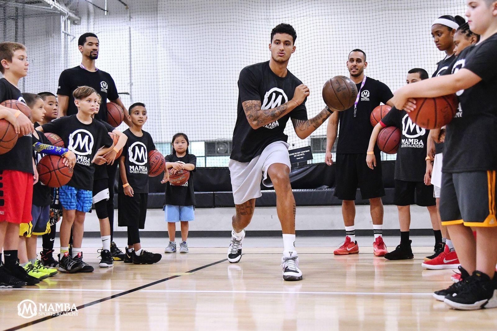 nba克劳福德集锦_库指导上线!库兹马在曼巴体育学院指导年轻球员_虎扑NBA新闻