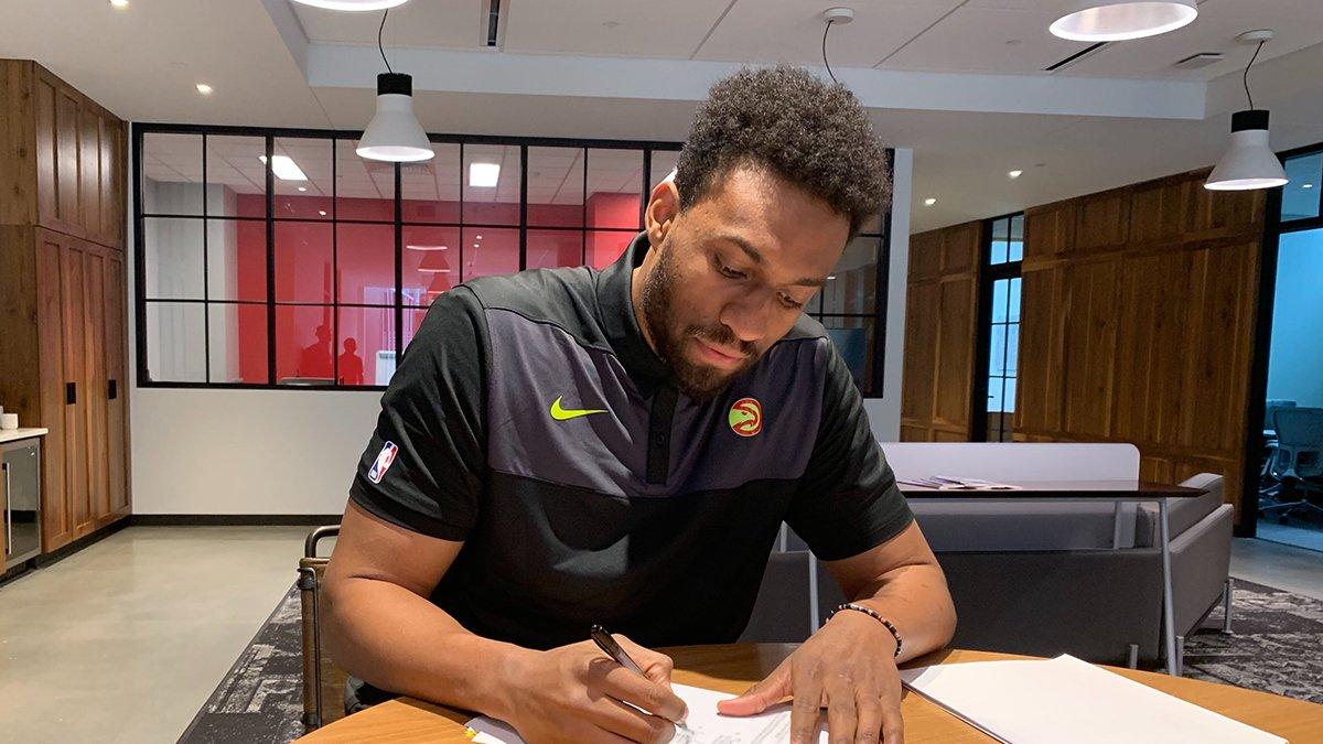 官方:老鹰正式签下前锋贾巴里-帕克