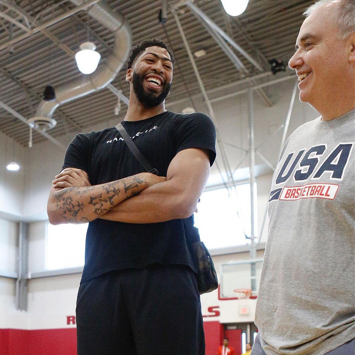 拥抱队友!NBA官方发布戴维斯探班美国男篮训练营图集