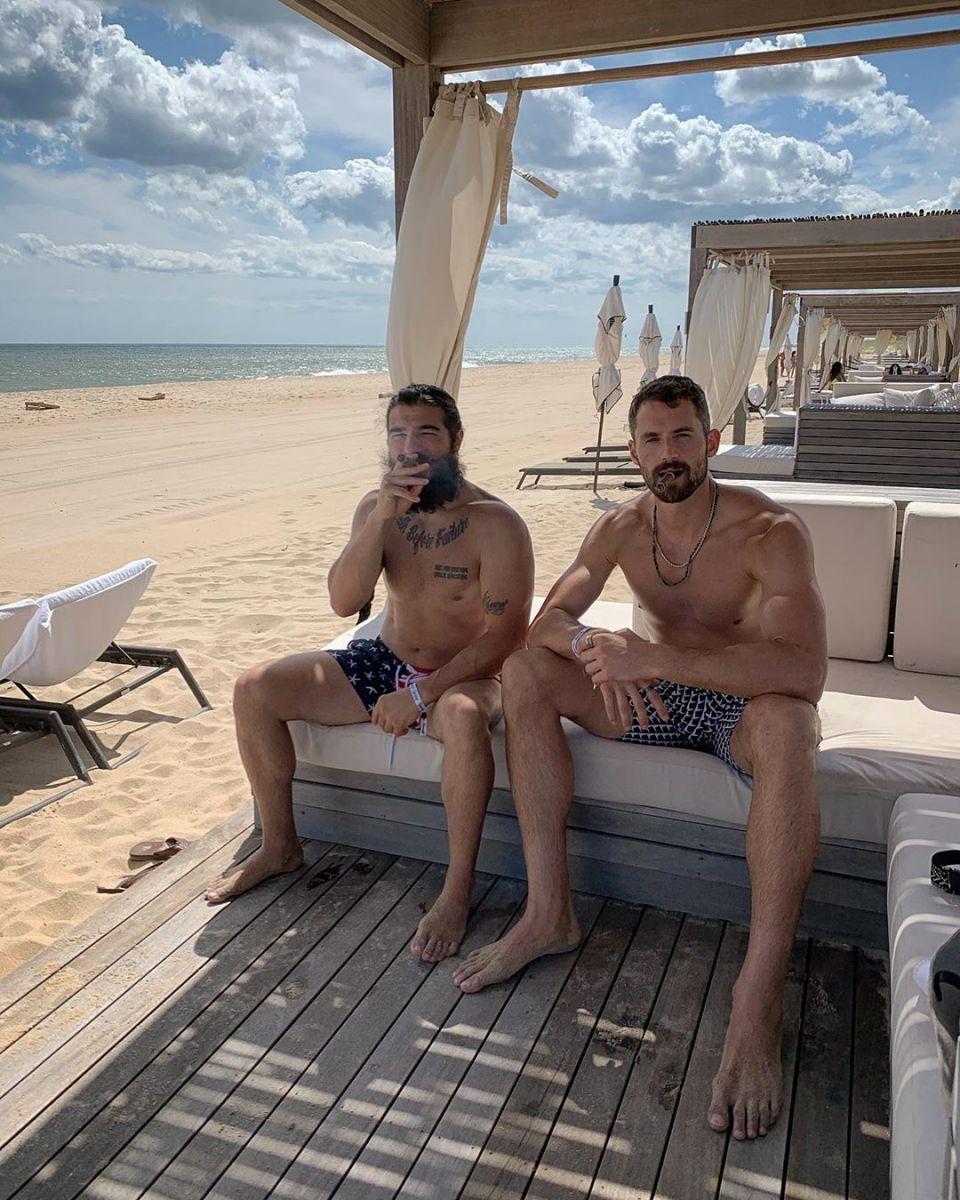 悠闲惬意!乐福晒与好友一起在海边度假的照片