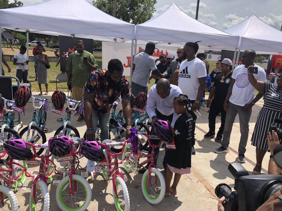 哈登休城周末爱心满满!向儿童分发自行车并翻新篮球场