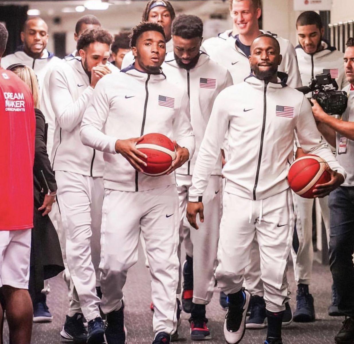 美媒晒美国男篮球员通道抓拍照:美国队的阵容