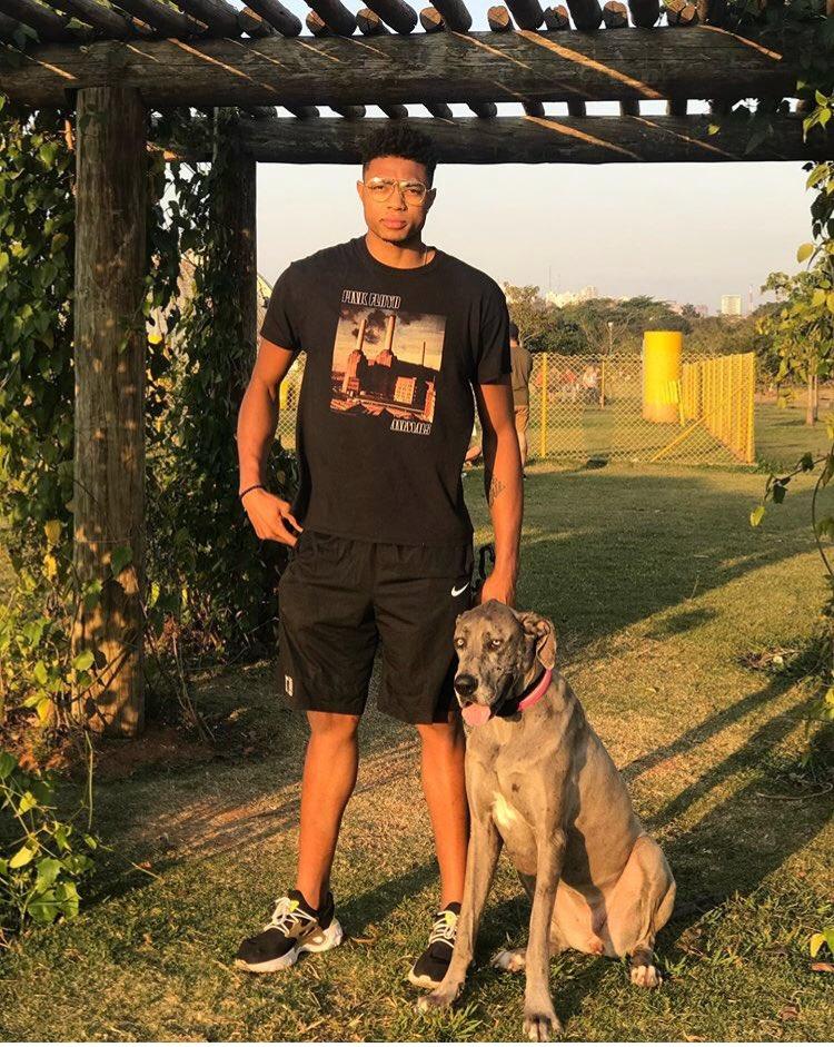 灰熊官推晒球员与爱犬合照庆祝国际狗狗日:这是我的狗