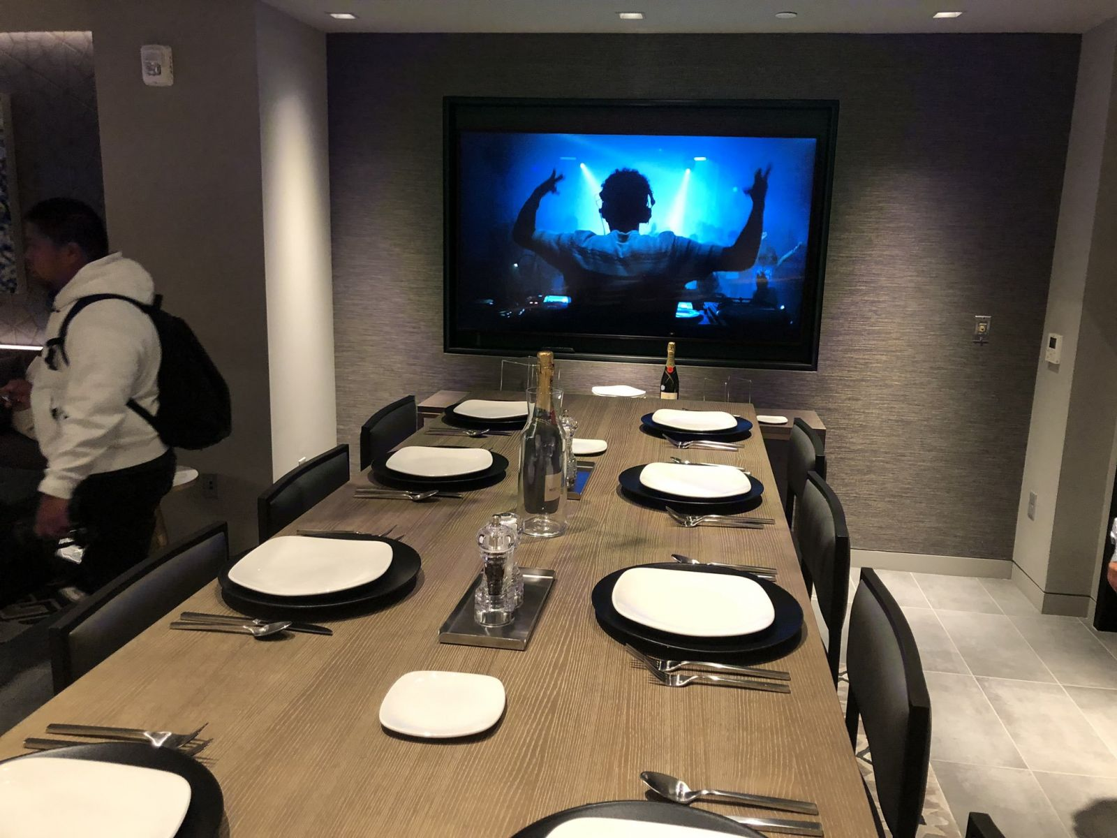 大通中心餐厅和食物曝光,采访间LED屏幕为联盟首创
