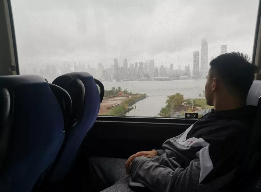 广州男篮抵达美国谷�h灼:渴望和西蒙斯过招