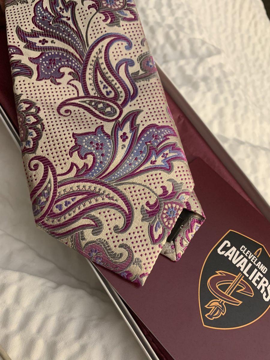 骑士传奇解说员遗孀向詹姆斯乐福等球员赠送领带遗物