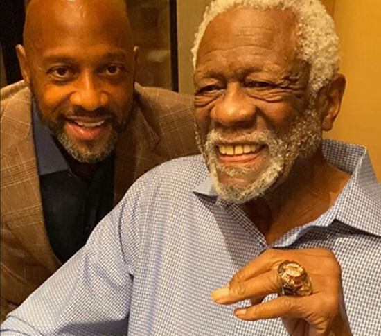 拉塞尔时隔45年在家中接受了自己的名人堂戒指
