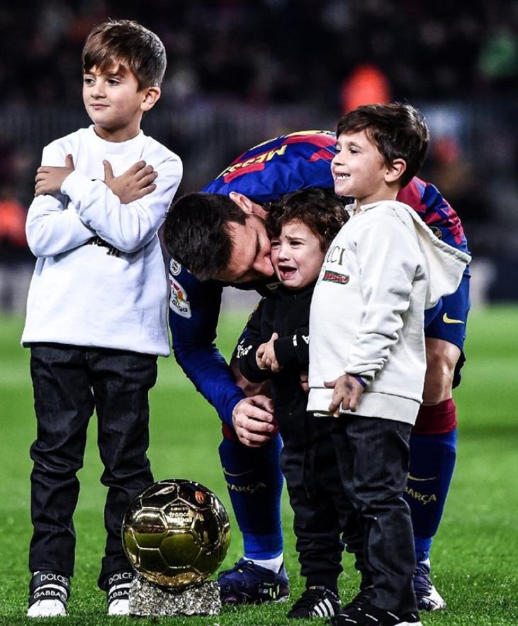爸爸这场面我没见过!梅西展示金球时,小儿子Ciro吓哭了