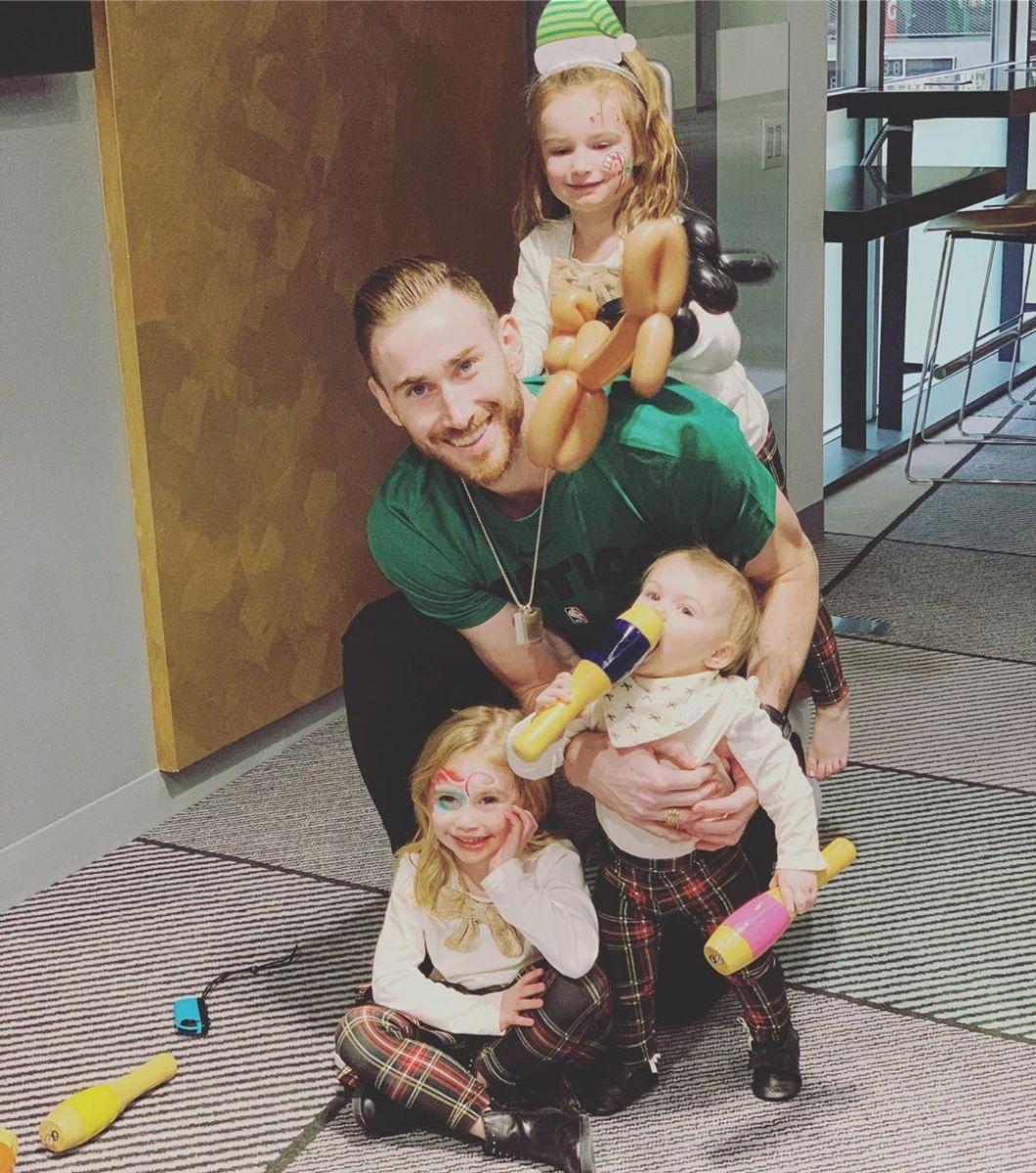 幸福老爸!海沃德社交媒体晒照,与女儿们欢度圣诞派对