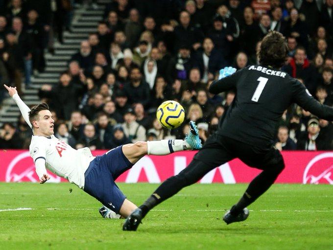 膝盖渐渐不受控制,穆帅看到洛切尔索打飞必进球直接跪下