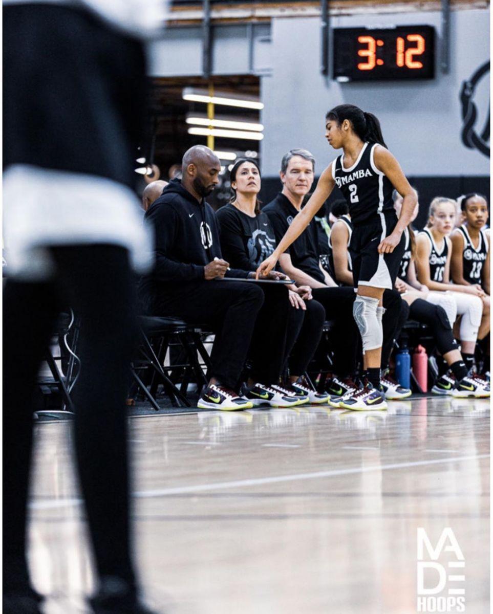 巾帼不让须眉!科比场边执教二女儿打篮球
