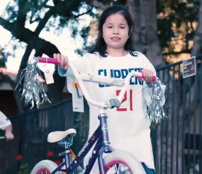 贝弗利为100名儿童送出了100辆自行车