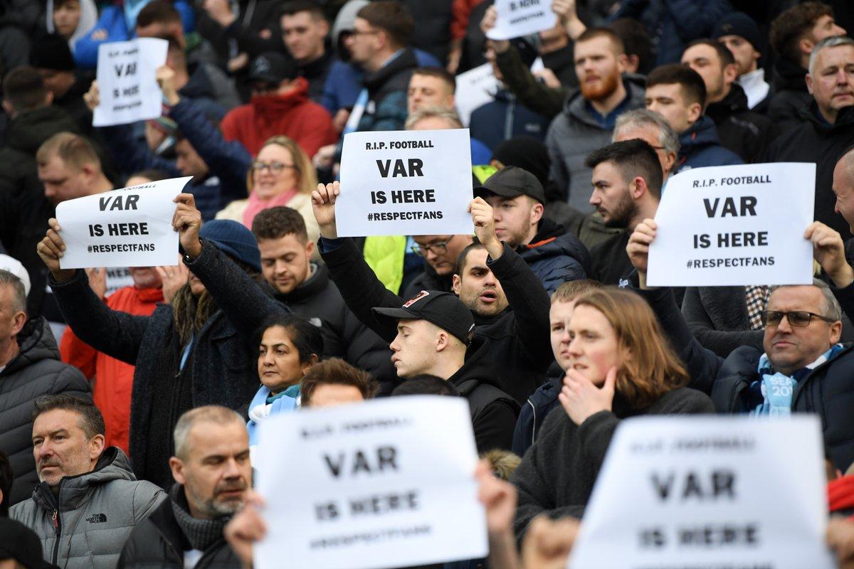 球迷的愤怒!曼城主场球迷举牌抗议,反对VAR