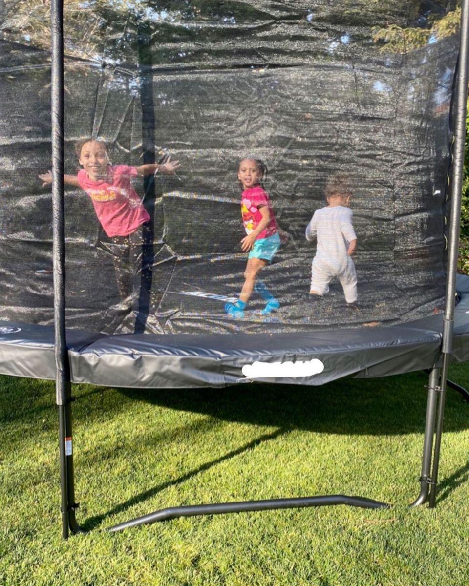 库里妻子晒三个孩子玩耍的照片并感叹:生活是美好的喧哗