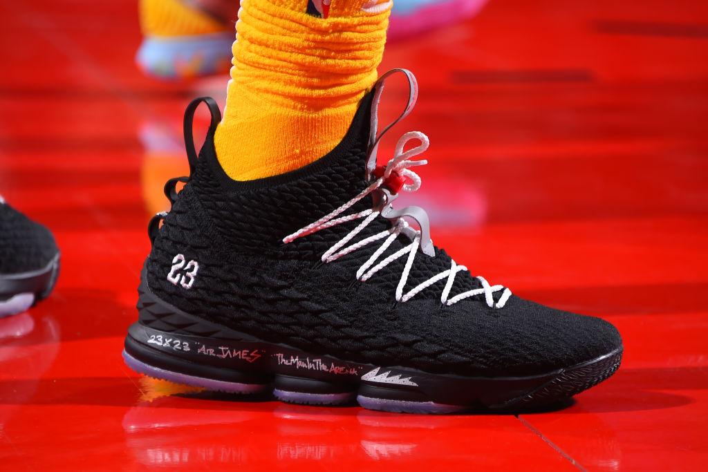 今日球鞋:詹姆斯上脚LeBron 15,欧文上脚Kyrie 6