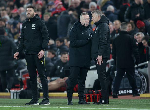 卡里克不满利物浦球迷言论,与身后球迷激烈交流