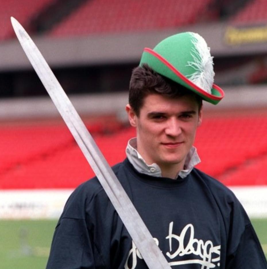 """基恩批曼联球员热身时戴""""傻帽"""",随即被当年照片打脸"""