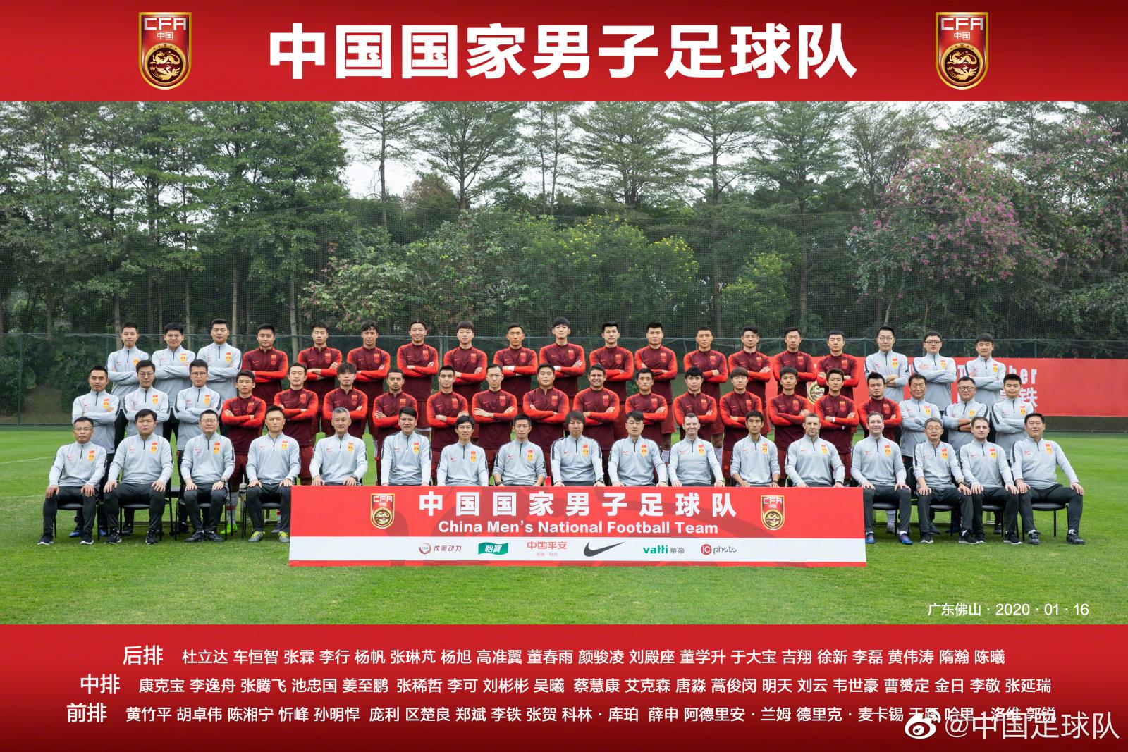 一图流:新一期中国男足拍摄全家福,李铁C位抢镜