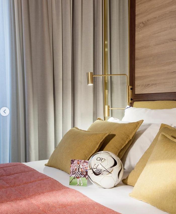 欢迎你们来打卡!C罗晒CR7酒店照:马德里店快开业啦