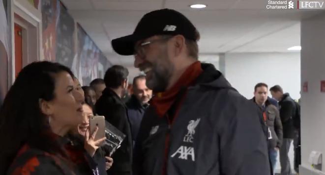 双红会赛后利物浦老板夫妇走进球员通道,热情拥抱克洛普