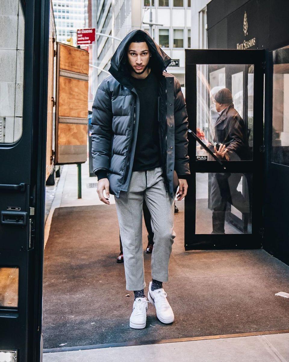 英姿飒爽,西蒙斯社交媒体发布个人的纽约街头帅照