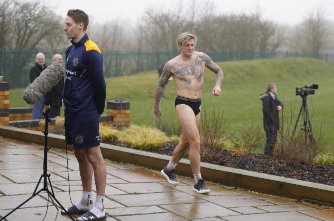 行为艺术!英甲球员穿内裤闯入天空体育直播镜头
