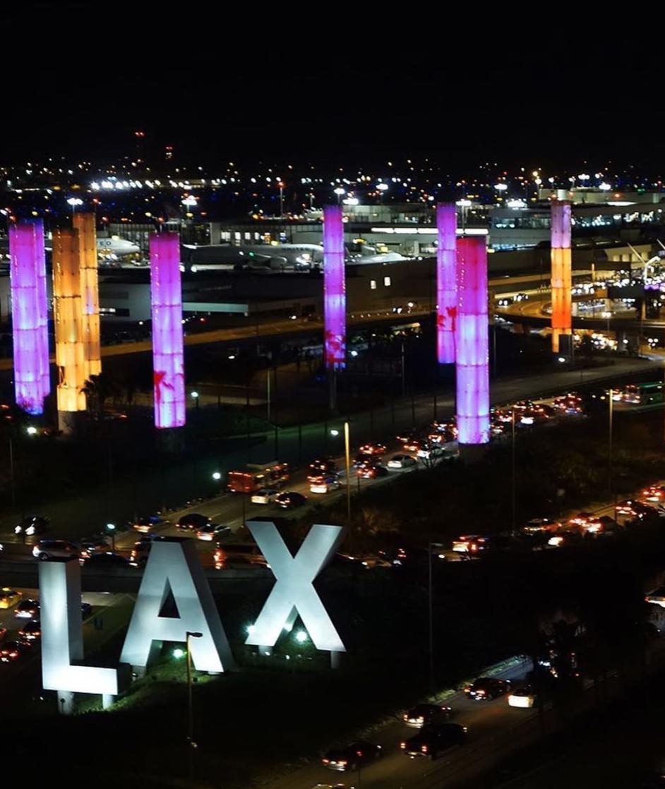 洛杉矶多栋建筑点亮紫金灯光,人们来到海滩纪念科比