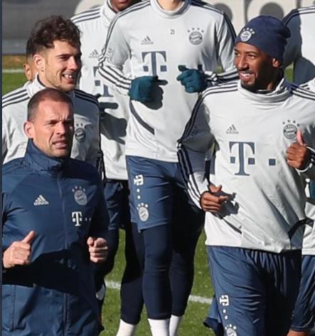 图片报:博阿滕和戈雷茨卡在今天的训练中心情很好
