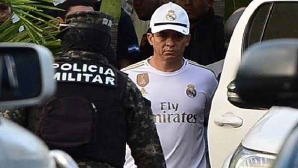 洪都拉斯一高官涉嫌洗钱被捕,被抓时还穿戴皇马球衣球帽