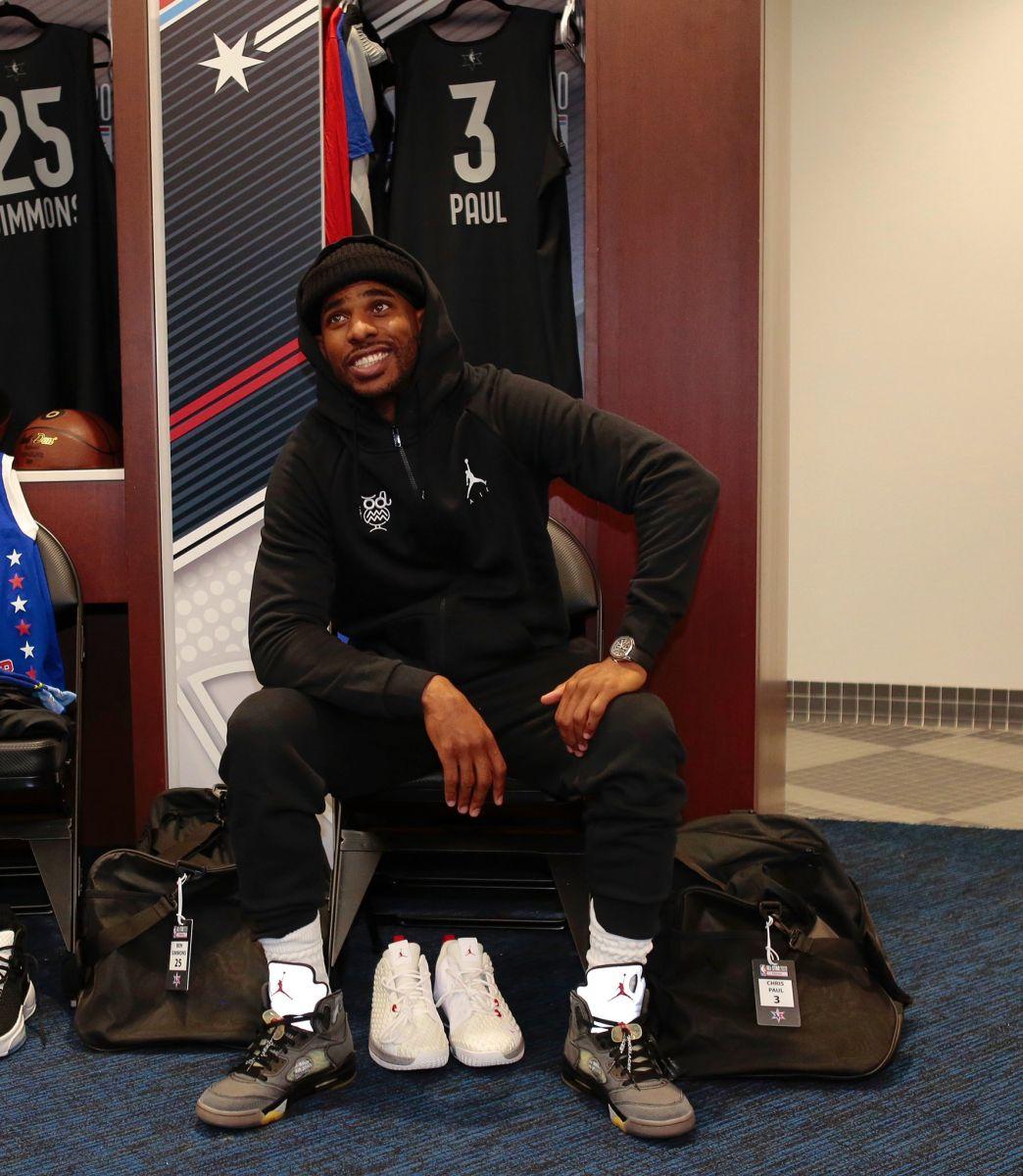 NBA官方发布詹姆斯和保罗今日全明星训练前更衣室照