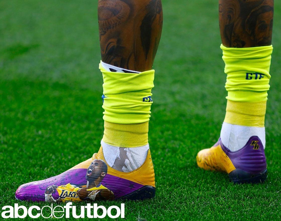 法艺术家设计科比纪念球靴,赫塔菲球员肯尼迪穿此鞋出战