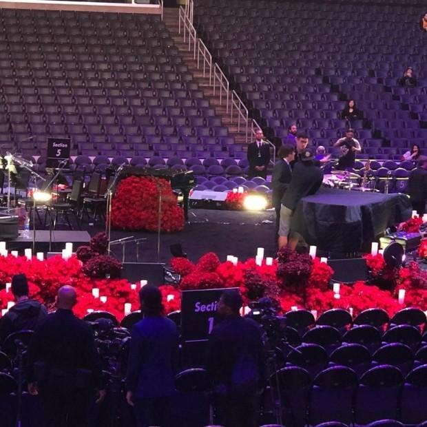斯坦普斯中心舞台摆放33643朵玫瑰纪念科比生涯得分
