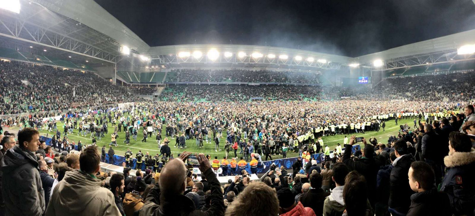 多图流:无惧疫情,圣埃蒂安球迷大量涌入球场庆祝胜利