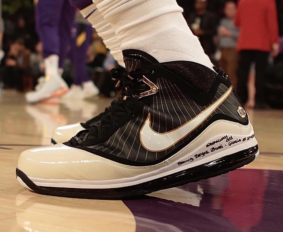 今日球鞋:詹姆斯上脚腰果花Dunk,沃尔上脚AF1 万圣节