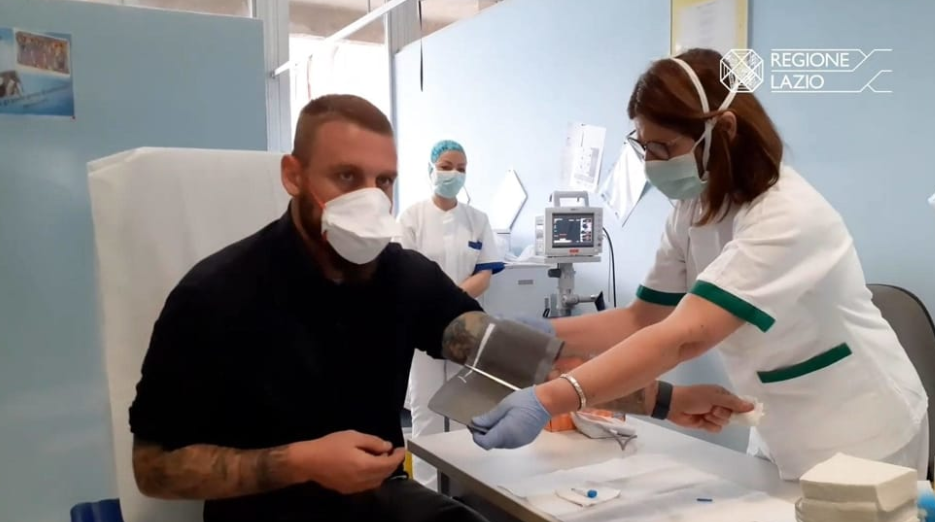 德罗西和妻子现身医院献血,呼吁大家积极抗疫