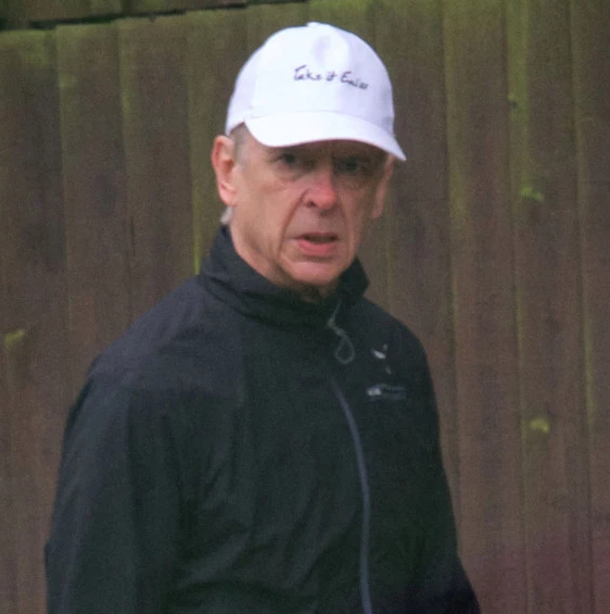 温格被拍到穿着印有阿森纳队徽的短裤,在伦敦街头散步