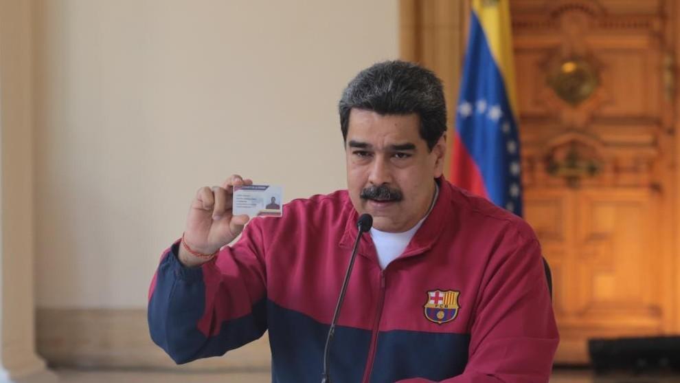 不装了,我摊牌了?委内瑞拉总统马杜罗身穿巴萨外套参会