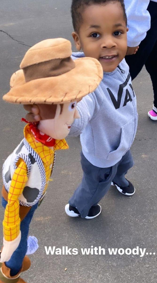 小牛仔?威斯布鲁克妻子晒儿子小诺阿拿着胡迪公仔的照片