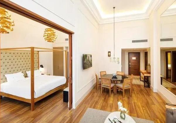 太阳报揭秘小罗软禁酒店:住总统套房,房间带阳台厨房