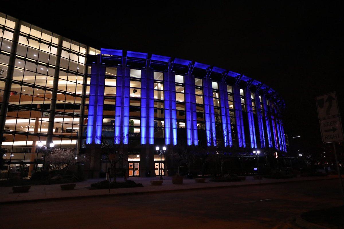 掘金主场百事中心点亮蓝色外部灯光致敬一线医护工作者