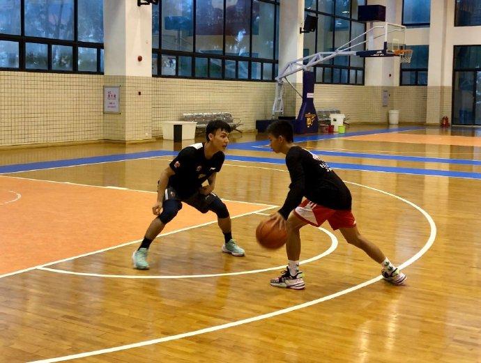 正能量!独臂篮球少年参观广东男篮,球技获杜锋肯定