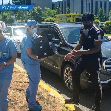 多尔特为家乡医院工作人员捐赠球鞋并亲自送到他们手中