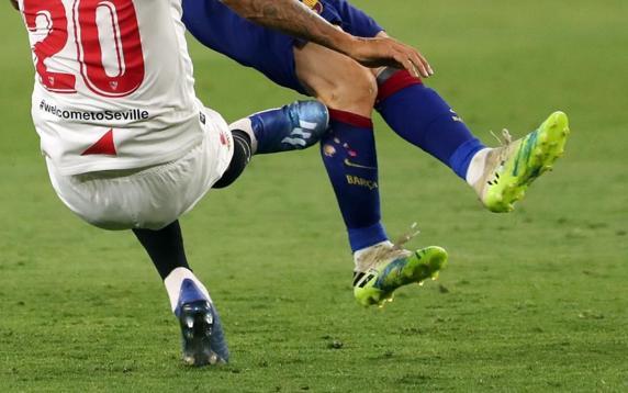 塞维利亚后卫卡洛斯亮鞋底放铲梅西后,梅西右腿伤痕明显插图(3)