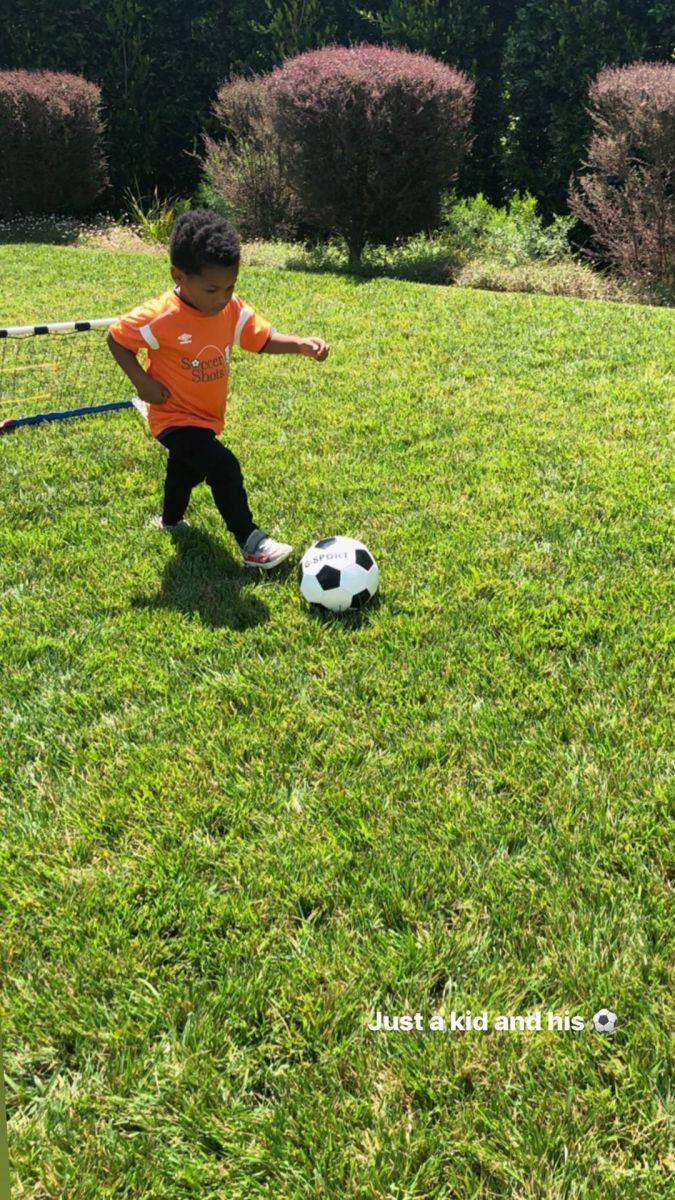 未来足球界的威少?威少妻子晒儿子踢足球的照片