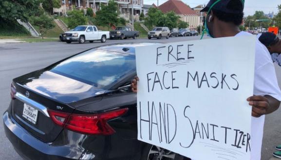 盖伊在家乡巴尔的摩为人们送去免费的消毒液和口罩